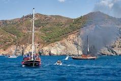 Brand op Turks jacht in de Middellandse Zee Een andere jacht en boot kwamen aan de redding Oludeniz, Fethiye, Mugla, Turkije stock afbeeldingen