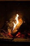 Brand in open haard Stock Foto's