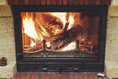 Brand in open haard Logboeken die in mooie moderne open haard branden Stock Afbeelding