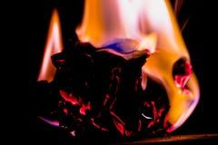 Brand på brännskadapapper med svart bakgrund slapp fokus Arkivbilder
