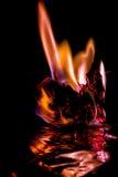 Brand på brännskadapapper med svart bakgrund slapp fokus Arkivfoto