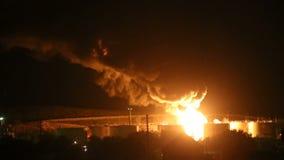 Brand på raffinaderiet på natten arkivfilmer