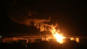 Brand på raffinaderiet på natten stock video