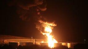 Brand på raffinaderiet på natten lager videofilmer