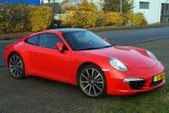 Brand röda Porsche 911 - lyxig bil Arkivbild