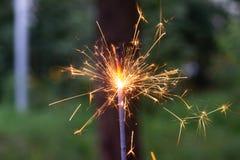 In brand stekend Bengaals licht ter beschikking met vage bakground close-upmening royalty-vrije stock afbeeldingen