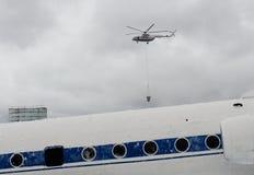 Brand-stridighet helikopter Mi-8 av departementet av nöd- lägen av Ryssland på området av den Noginsk räddningsaktionmitten Arkivbild