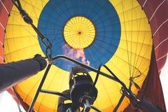 Brand terwijl brandstof in een hete luchtballon royalty-vrije stock afbeeldingen
