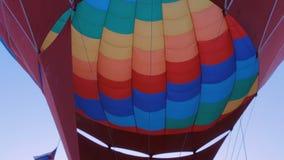 Brand van branderbrander in hete luchtballon stock footage