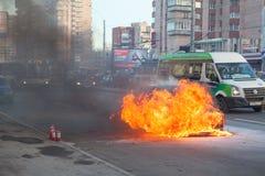 Brand van de motor van een autokap op stadsstraat Royalty-vrije Stock Fotografie