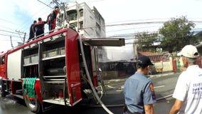 Brand van het brandweerman de vrijwilligers dovende huis met watercanon stock footage