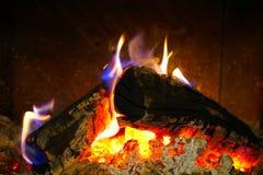 Brand, vlammen en houten logboeken stock afbeeldingen