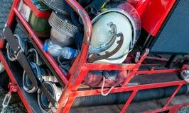 Brandbekämpfungsausrüstung auf einem kleinen Metallwarenkorb Lizenzfreies Stockbild