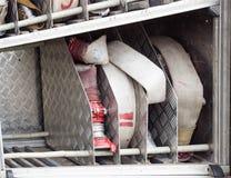 Brandbekämpning vattnar med slang utrustning för brandstridighet, närbilden, nödläget, firehose royaltyfria bilder