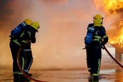 Brandbesättning som slåss stor brand Royaltyfri Fotografi