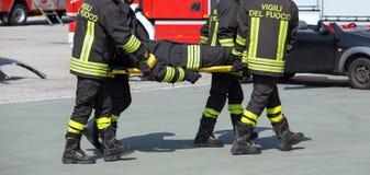 Brandbestrijder in actie met schuim om de brand te doven Stock Foto's