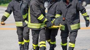 Brandbestrijder in actie met schuim om de brand te doven Royalty-vrije Stock Foto