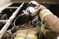 Brandbestrijder bij venster Stock Foto
