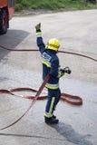 Brandbestrijder die de duimen opgeeft Royalty-vrije Stock Afbeeldingen
