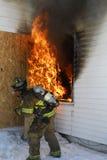 Brandbestrijder die uitbarsting aanpakt stock foto's