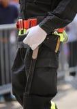 brandbestrijder met een grote bijl om de deuren van buildin op te splitsen stock foto's
