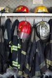 Brandbestrijder Suits And Helmets bij Brandweerkazerne Royalty-vrije Stock Foto's