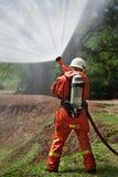 Brandbestrijder tijdens opleiding Stock Foto's
