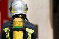 Brandbestrijder werken erachter gezien van Royalty-vrije Stock Afbeeldingen