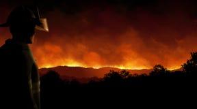 Brandbestrijder Wild Fire bij Nacht Stock Foto