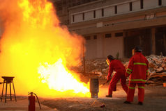Brandbestrijders in actie na een gasexplosie Royalty-vrije Stock Foto's