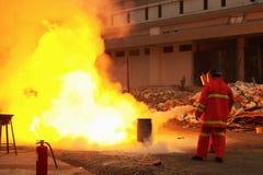Brandbestrijders in actie na een gasexplosie Stock Afbeelding