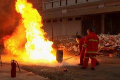 Brandbestrijders in actie na een gasexplosie Stock Foto's