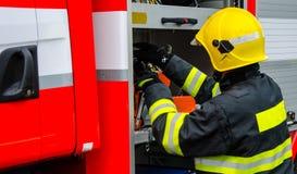 Brandbestrijders in actie na een winderig onweer Royalty-vrije Stock Afbeelding