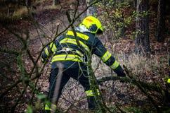 Brandbestrijders in actie na een winderig onweer Stock Foto's