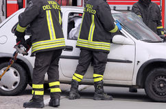 Brandbestrijders in actie na het ongeval Royalty-vrije Stock Foto's