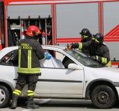 Brandbestrijders in actie na het ongeval Stock Fotografie