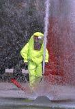 Brandbestrijders beschermende gele jumpsuit met voor bescherming van Stock Afbeeldingen