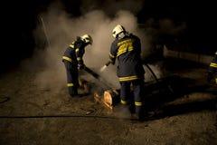 Brandbestrijders bij brand Royalty-vrije Stock Afbeelding