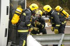 Brandbestrijders bij een neerstortingsscène. Stock Foto