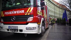 Brandbestrijders die aan firetruck na opdracht, brand en hulpdiensten lopen stock footage