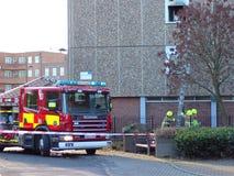 Brandbestrijders die ladder gebruiken bij een brand. Stock Fotografie