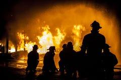 Brandbestrijders die structurele brand beoordeling van stock foto