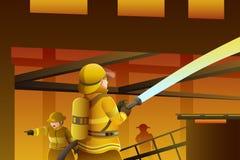 Brandbestrijders die uit het gebouw op brand zetten Stock Fotografie
