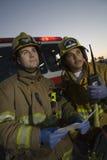 Brandbestrijders die weg kijken stock afbeeldingen
