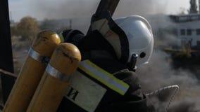 Brandbestrijders in een gasmasker die hun werk doen stock footage