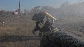 Brandbestrijders in helmen en uniformen bij oefeningen stock video