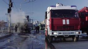 Brandbestrijders op de rijweg na brand stock video