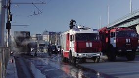 Brandbestrijders op de rijweg na brand stock footage