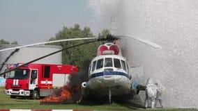 Brandbestrijders in speciale kostuums stock video