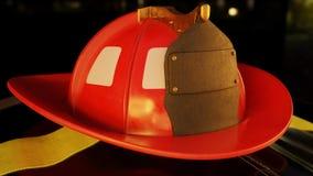 Brandbestrijdershelm op Firemans-Jasje Stock Foto